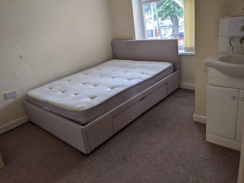 Room for rent in Dukinfield Main Photo