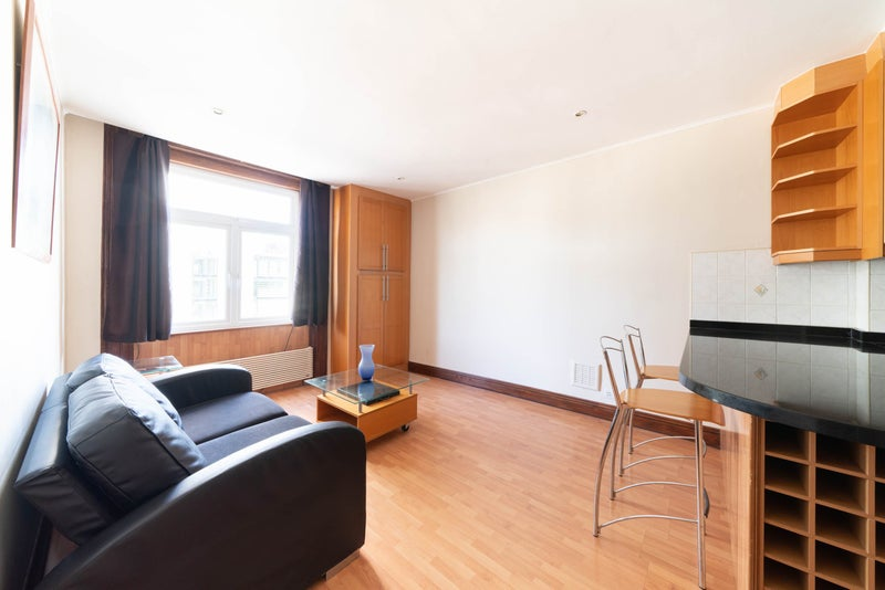 Bright 1 Bed Near Hyde Park! Main Photo