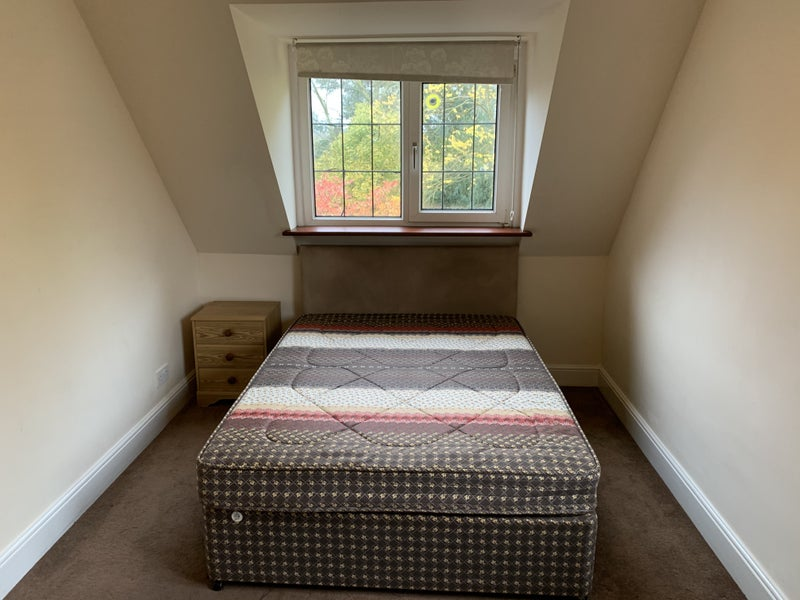 Spacious double bedroom, shared bathroom Main Photo
