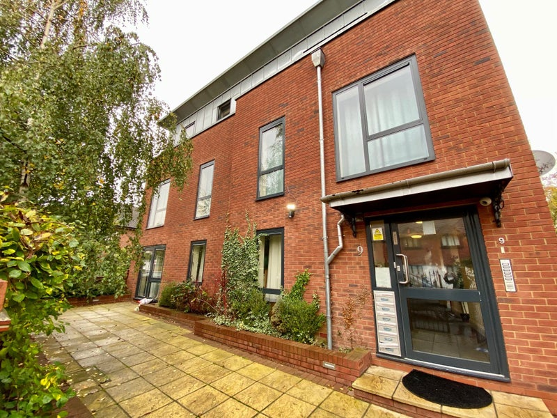 Superb 2 bed 2 bath flat in Romford RM7 Main Photo
