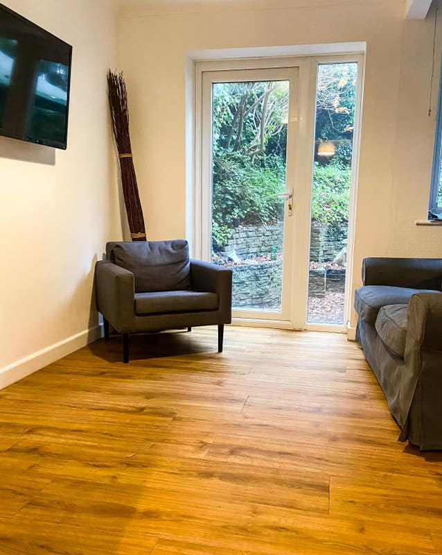 Lovely Rooms - 150 metres from Train & Bus Station Main Photo