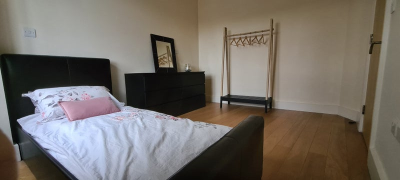 1 large room on Pinner high street (bills inc) Main Photo