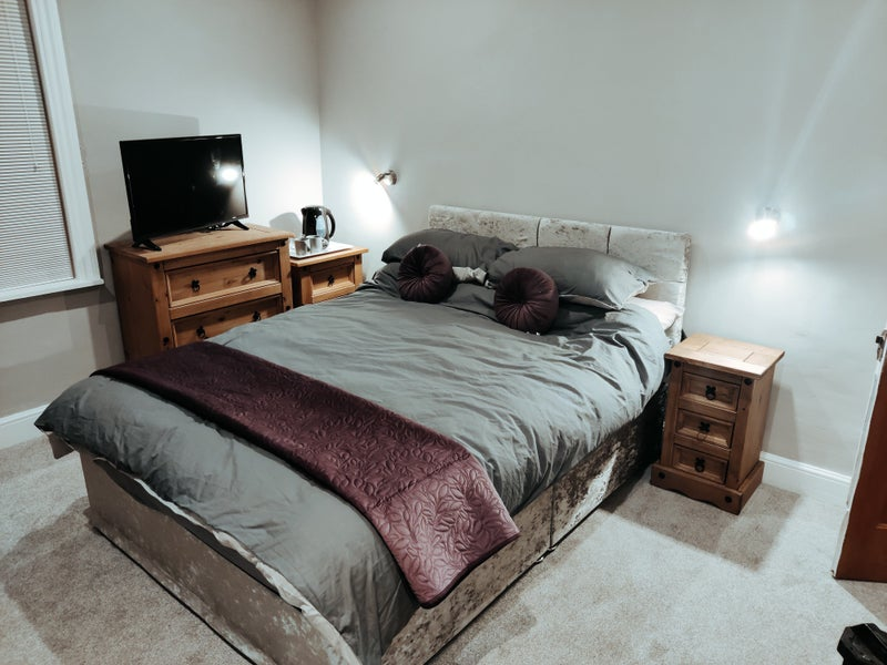 Large double room and new bathroom Main Photo