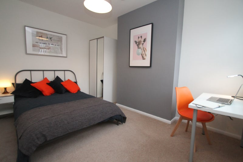 Newly Refurbished 5-bed Professional House Share Main Photo