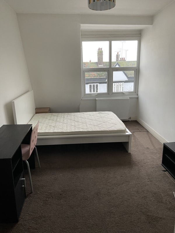 Large single room with all bills included £500pm  Main Photo