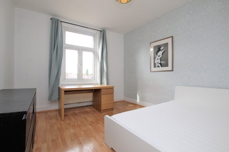 Rooms to rent in spacious 5 bed flat N10  Main Photo