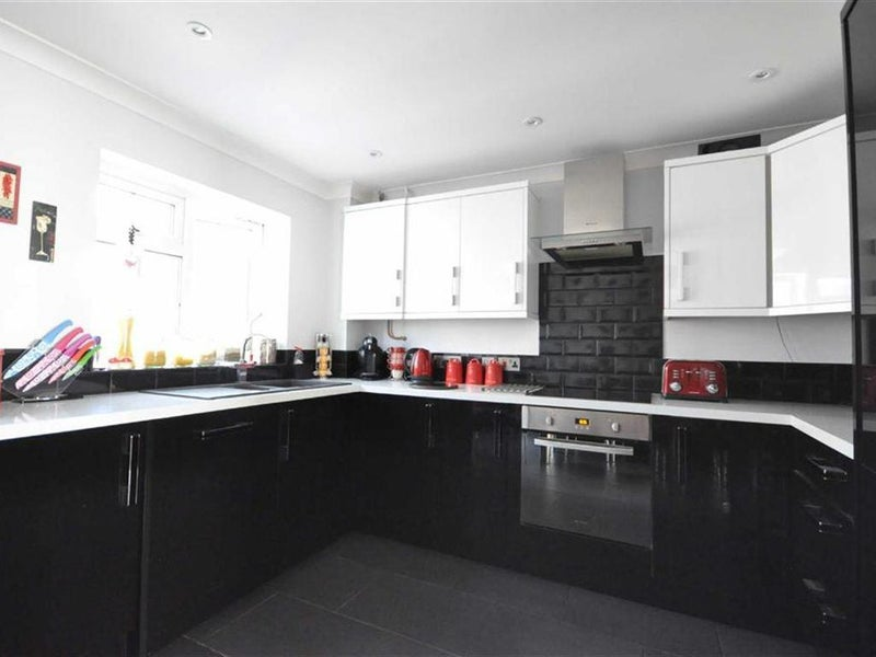 Double room available in detached House Main Photo