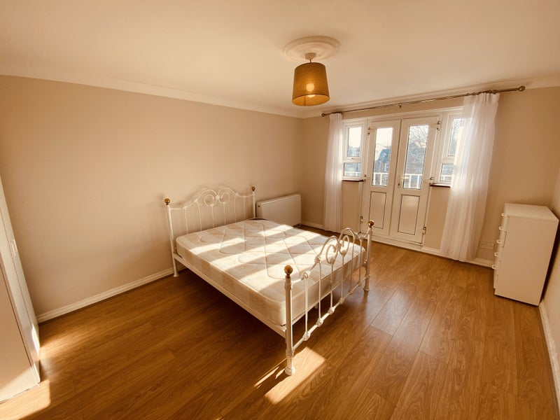 A lovely 3 bed split level flat  Main Photo