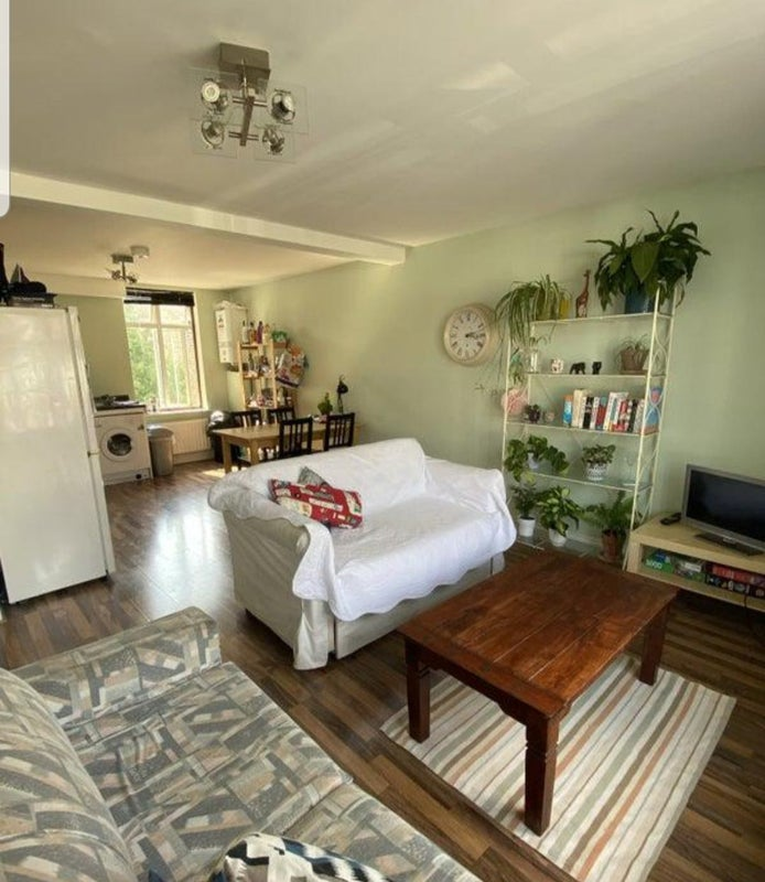 Lovely room in house share near Station! Main Photo
