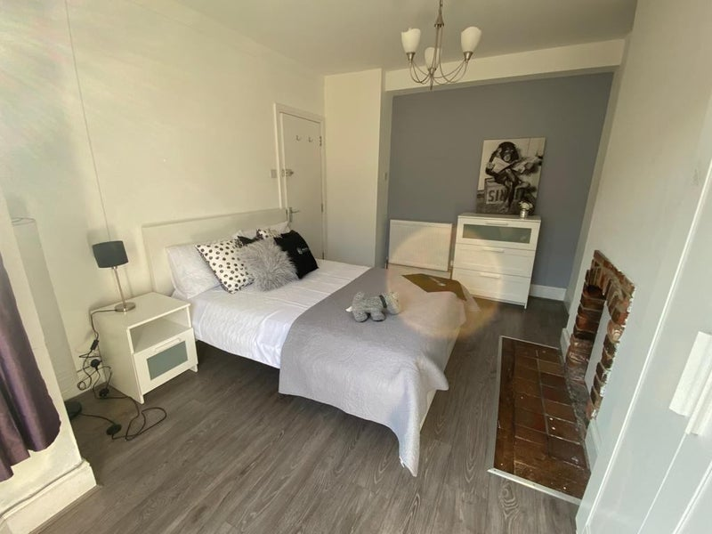 **Large Double Ensuite Room - Great Location** Main Photo