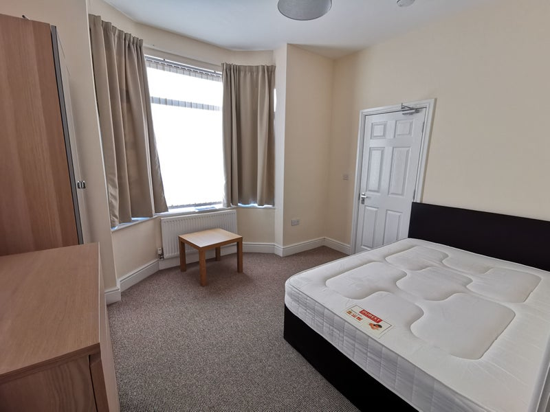 Large Double Room With Ensuite Main Photo