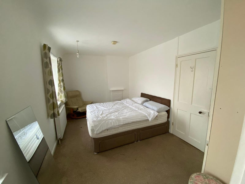 Extra Large Room. All Bills Included.  Main Photo