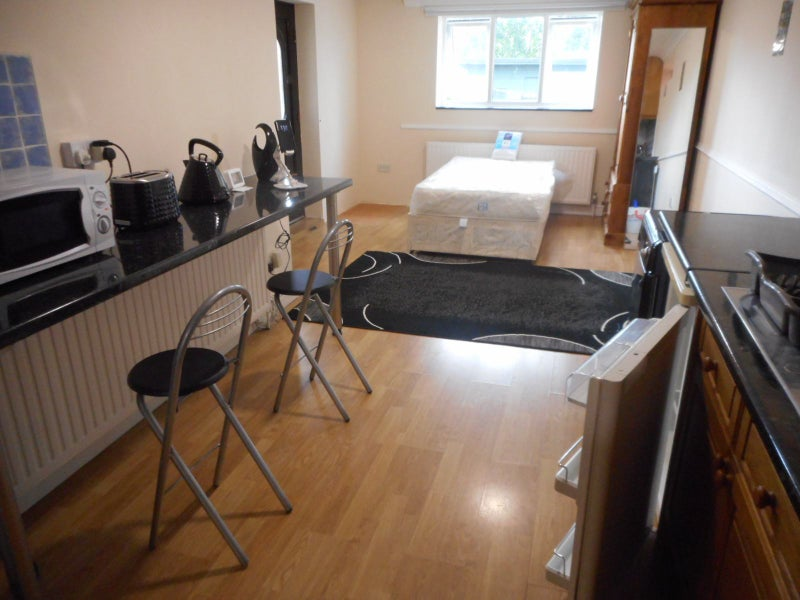 1 large Studio + 2 DBL rooms to let £640 +£600     Main Photo