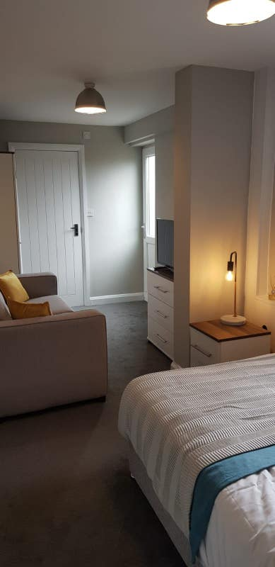 **Rooms available a stones throw from Bentley** Main Photo