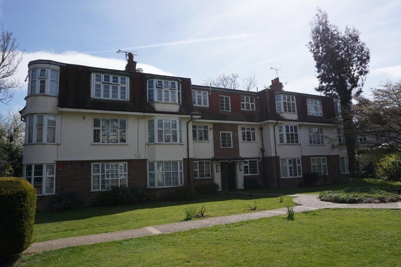 Spacious 2 bed first floor flat in Chingford E4 Main Photo