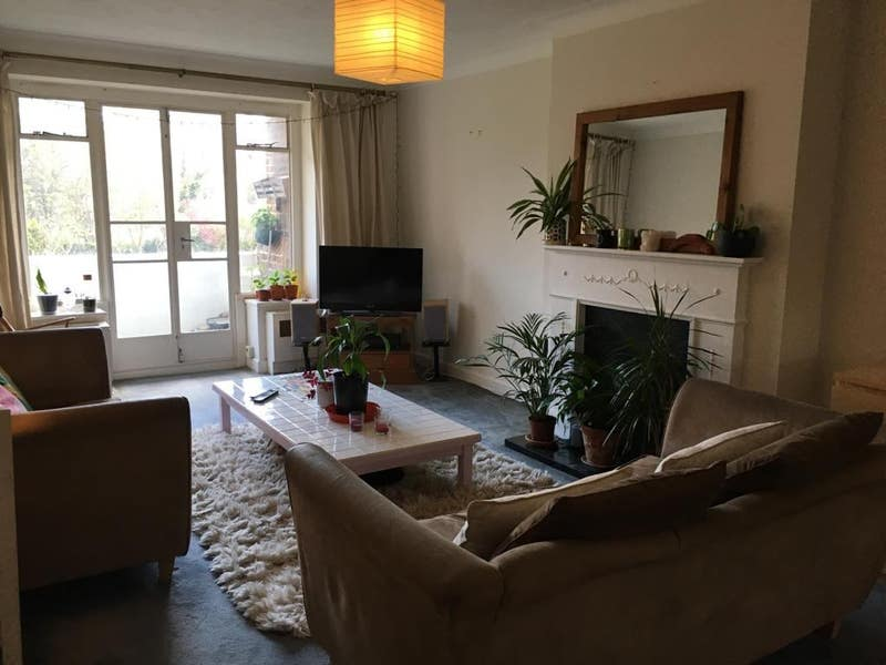 Double bedroom in lovely, large 3 bed flat Main Photo