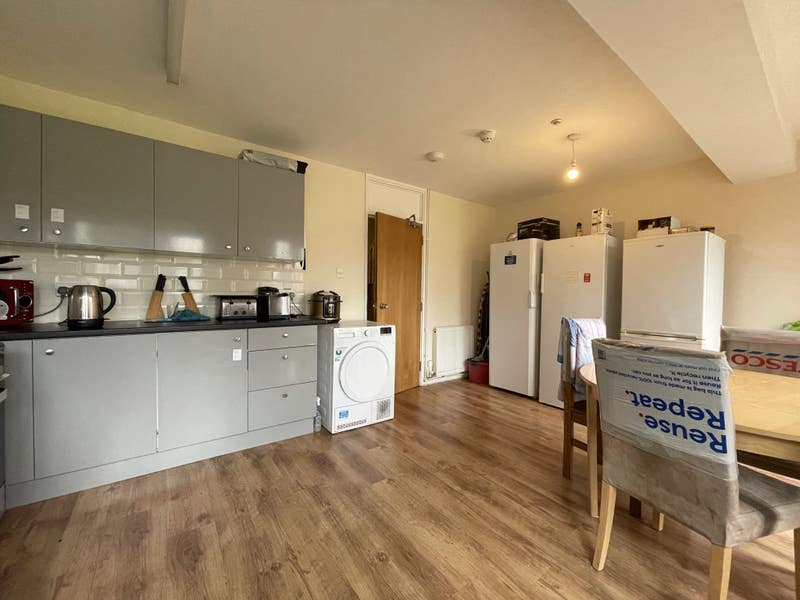 Three big rooms available Laindon Main Photo