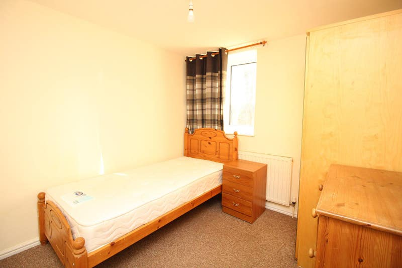 Good Quality Rooms Available Selby Court £75 PW Main Photo