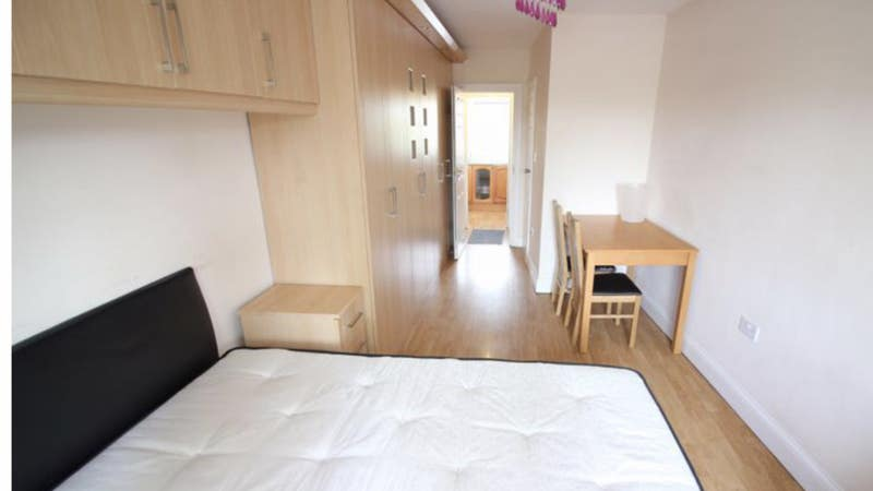 Large Studio with  En-Suite and Separate Kitchen Main Photo