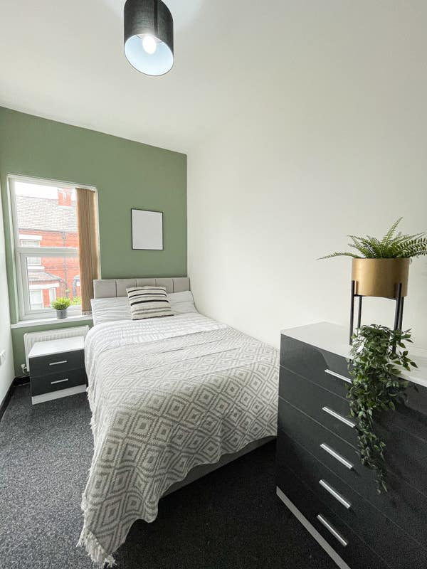 *Large Double Rooms Available NOW* Main Photo
