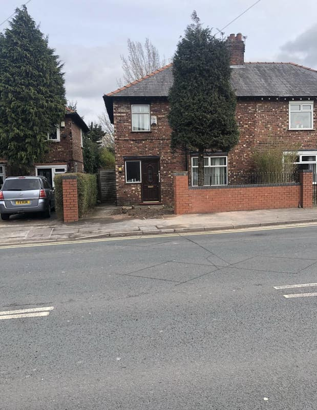 Room available in 3 bed semi detached house Main Photo