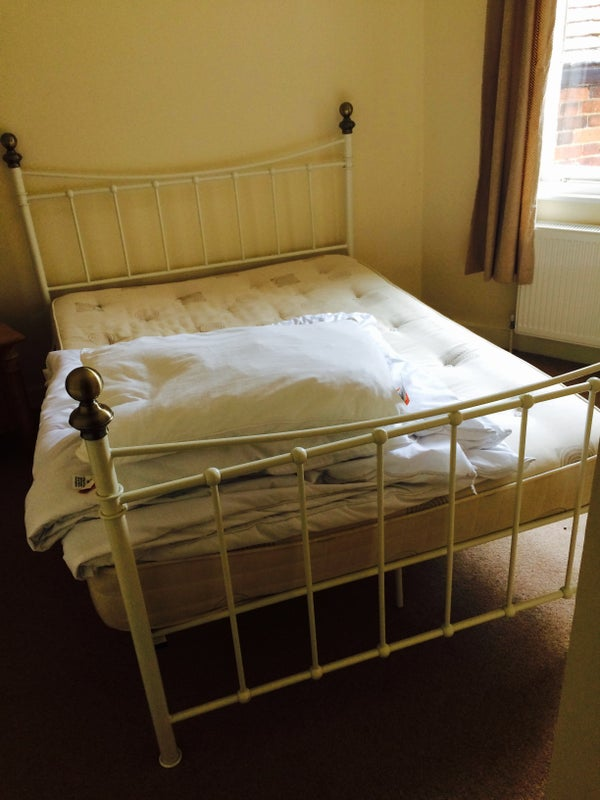 Double bedroom to let Main Photo